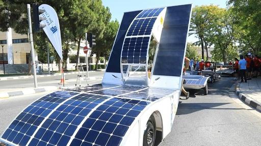 動画:「低価格ソーラーカー」のレース開催、ドライバーは高校生 キプロス