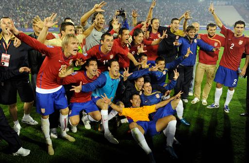 セルビア大統領 W杯出場の祝杯をあげて起訴される