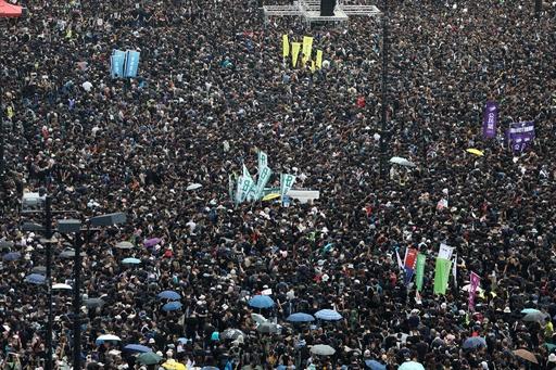 香港で新たな大規模デモ、15日夜には抗議活動中の男性1人死亡