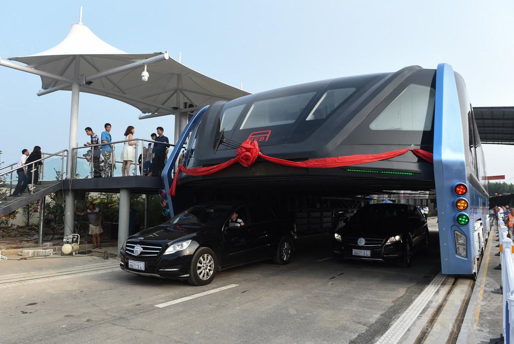 中国の「車をまたぐバス」、出資企業を捜査 違法な資金調達か