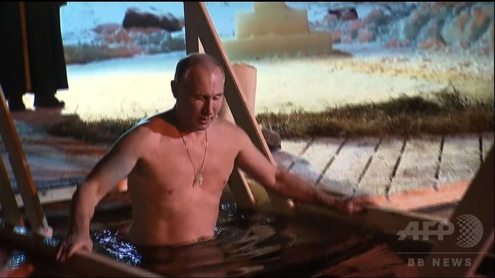 動画:プーチン大統領、氷点下5度の湖でみそぎ ロシア