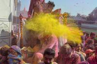 ヒンズー教の春祭り「ホーリー」、色鮮やかな粉かけ祝う インド