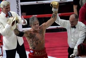 62歳の米俳優ミッキー・ローク、ボクシング復帰戦で勝利