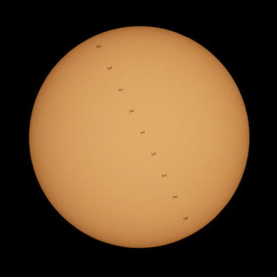 太陽の前を横切る国際宇宙ステーション、NASA公開