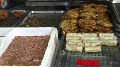 動画:ハノイの冬の風物詩、ゴカイ料理を召し上がれ ベトナム