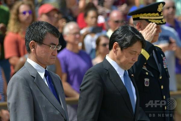 河野外相と小野寺防衛相が訪米、国立墓地で献花