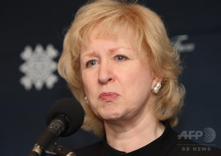女性キャスターの「ノースリーブは品位を下げる」、元カナダ首相のツイートに批判殺到