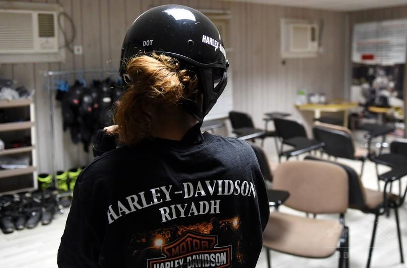 バイクで「自由」を手に、運転解禁を待ちわびるサウジ女性