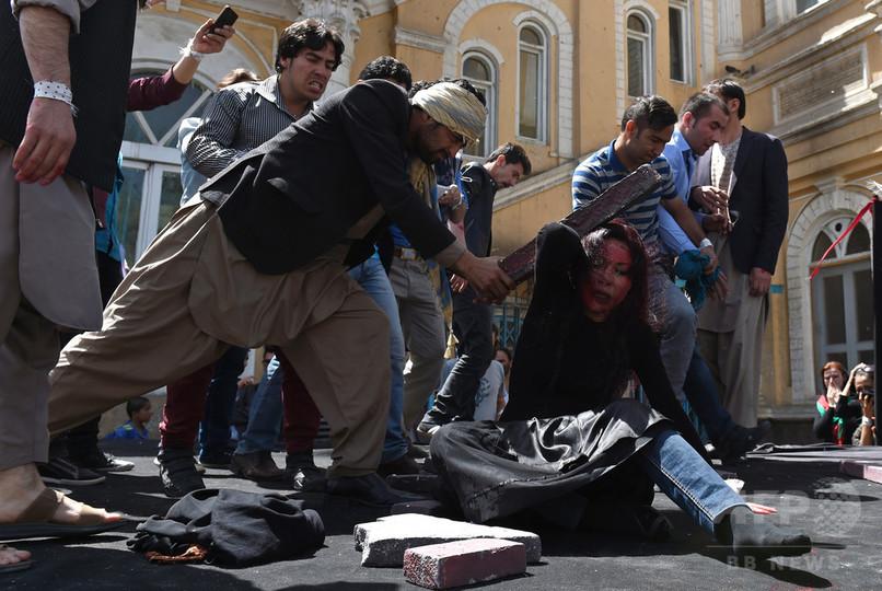 アフガン女性リンチ殺人、警官11...