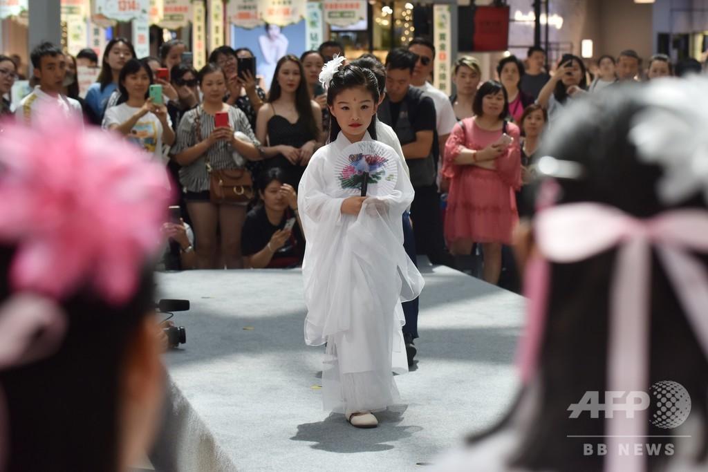 急成長する中国の子どもモデル業界、長時間労働や虐待の指摘も