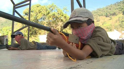 動画:学校やめ銃を手に…麻薬カルテルに立ち向かう子どもたち メキシコ