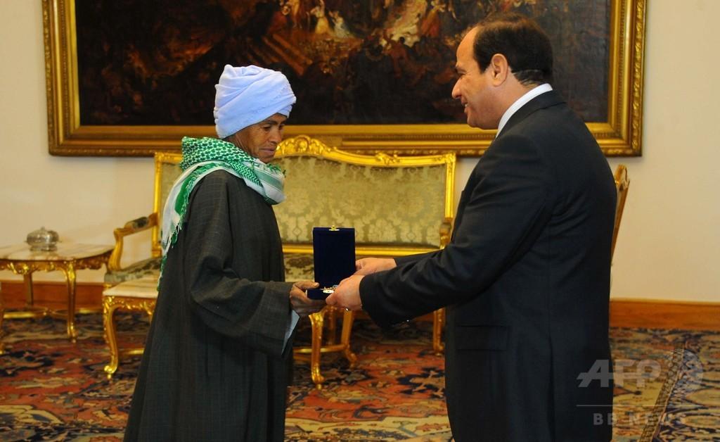 娘のために男装して働き続けた女性を表彰、エジプト