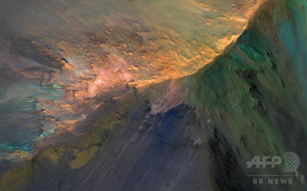 火星のマリネリス峡谷の色鮮やかな丘、NASA