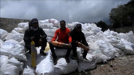 動画:エベレストから4人の遺体を移送、プラごみや捨てられた登山具10トンも