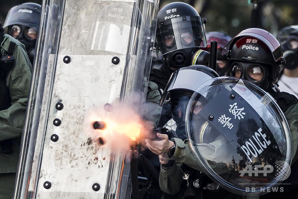 香港で警察が実弾発砲、抗議デモ参加者の胸部に当たる
