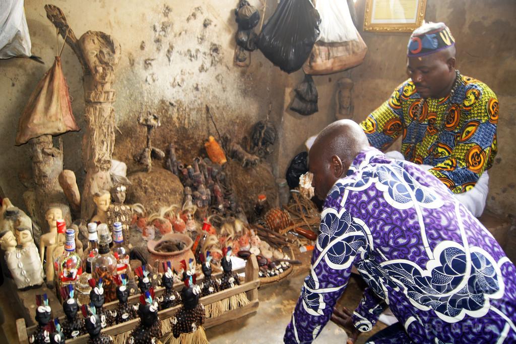 アフリカ・トーゴの呪物マーケット、心霊治療家にすがる病人や政治家