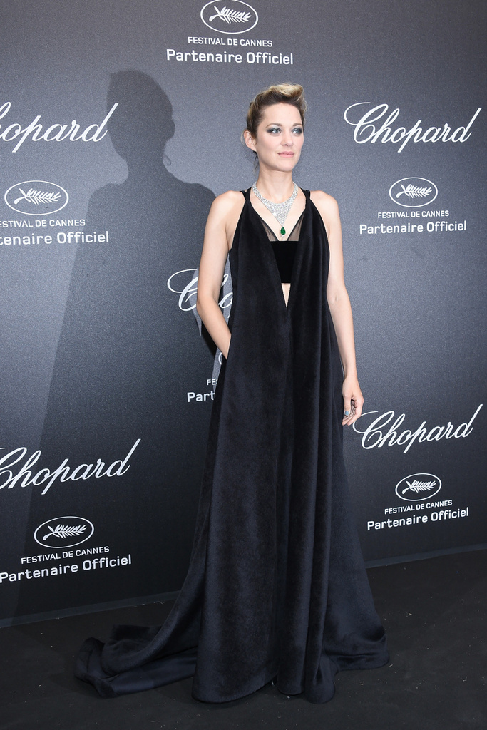 「ヴァレンティノ」のドレスを身に纏いレッドカーペットに登場!