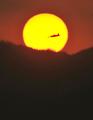 夏の夕べ、落日と夕月と行き来して遊ぶラジコン