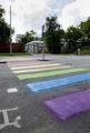 露大使館前に虹色の横断歩道、反同性愛法に抗議