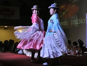 ボリビアでファッションイベント開催、民族衣装の女性たちがランウェイに