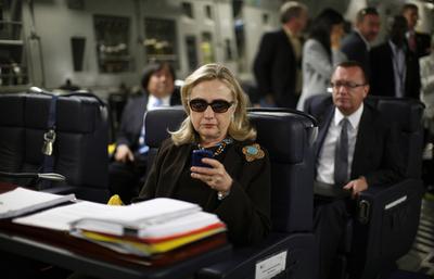 クリントン米国務長官、自分をネタにしたブログ作者と記念撮影