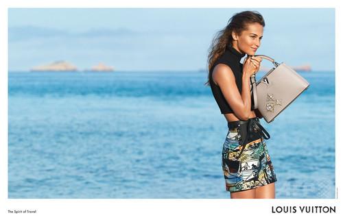 イビサ島が舞台「ルイ・ヴィトン」クルーズ・コレクション最新AD公開