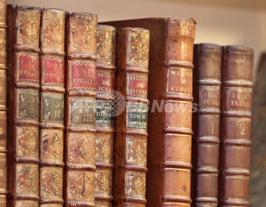 犯人は読書家?空き巣に入られた老夫婦宅、本棚が空っぽに