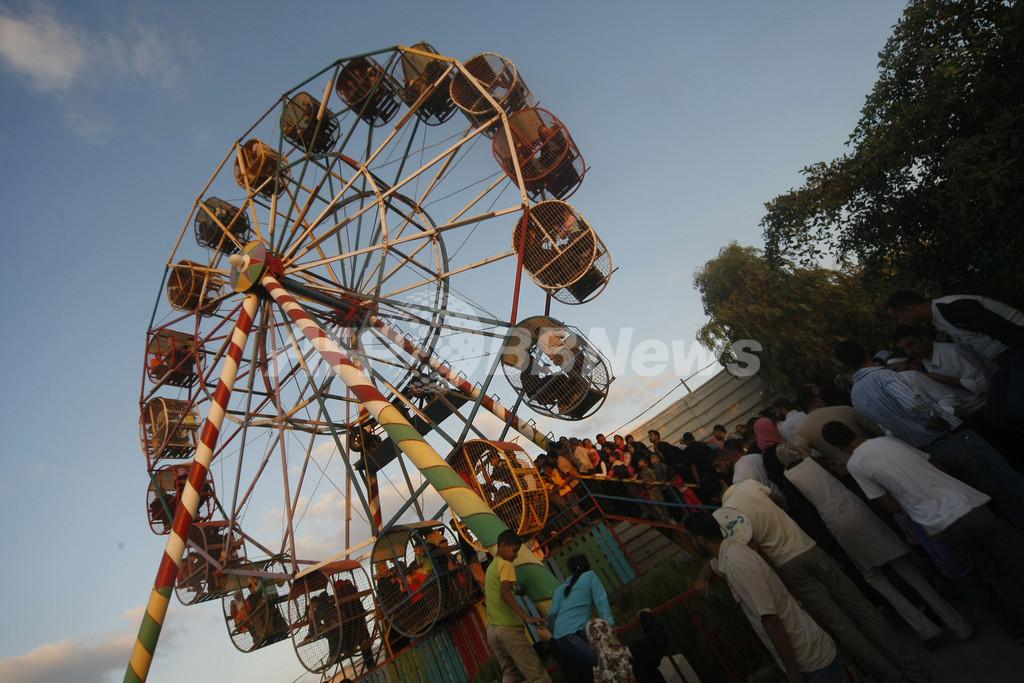 ラマダン明けの祭り、遊園地ではしゃぐ子どもたち
