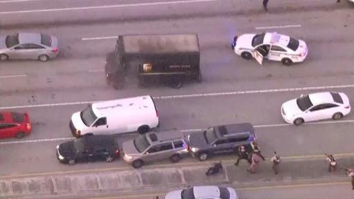 動画:米フロリダ州で宝石強盗が警察とカーチェイス、銃撃戦で人質ら4人死亡 上空からの現地映像