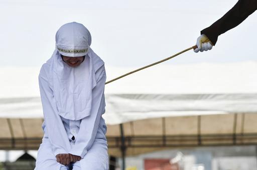 愛情表現は犯罪、インドネシアで公開むち打ち 19歳女性が泣き崩れる