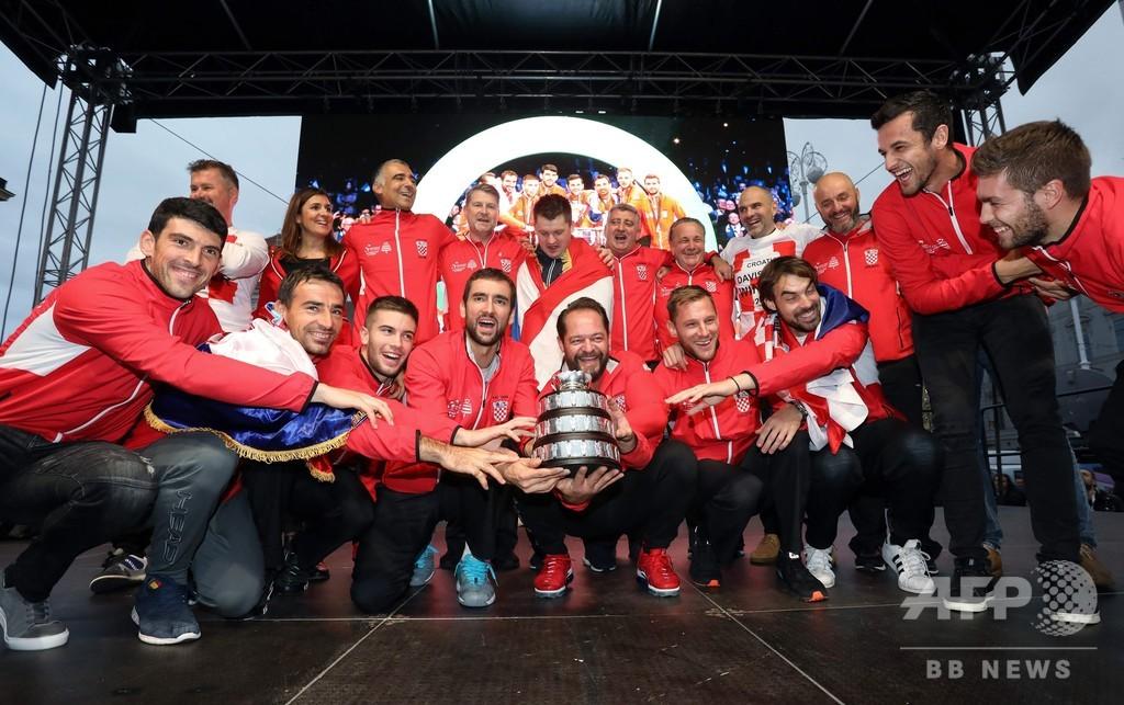 サッカーW杯の雪辱! デ杯クロアチア代表が凱旋、熱烈歓迎受ける