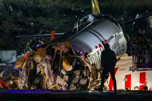 トルコ旅客機が着陸失敗、機体3つに折れ3人死亡 179人負傷