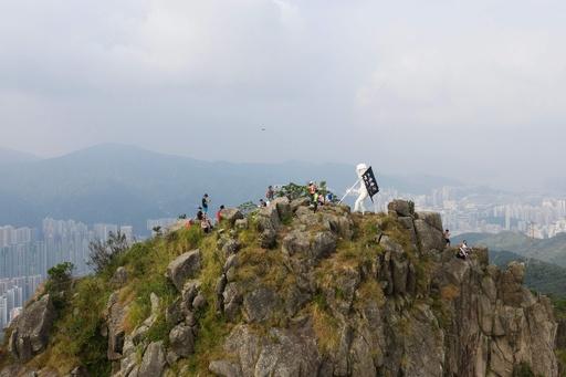 香港民主派、獅子山の頂上に「民主女神」像を設置