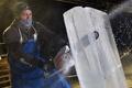 完成間近の氷の彫刻、英スコットランドで氷の祭典