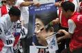 ソウルの日本大使館近くで抗議デモ、安倍首相の顔写真切る参加者も