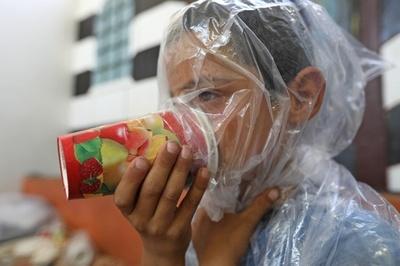 紙コップの手作りガスマスク、我が子を化学兵器から守るため