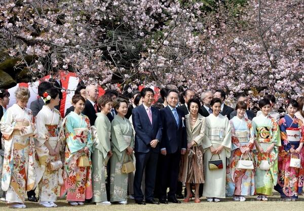 安倍首相主催の「桜を見る会」1万6000人招待