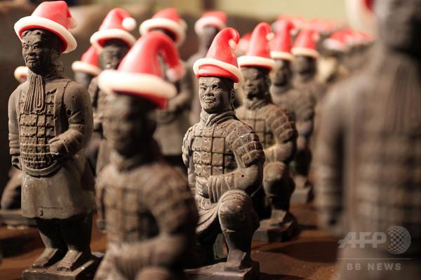 サンタの帽子かぶった「チョコ兵馬俑」、中国・陝西省
