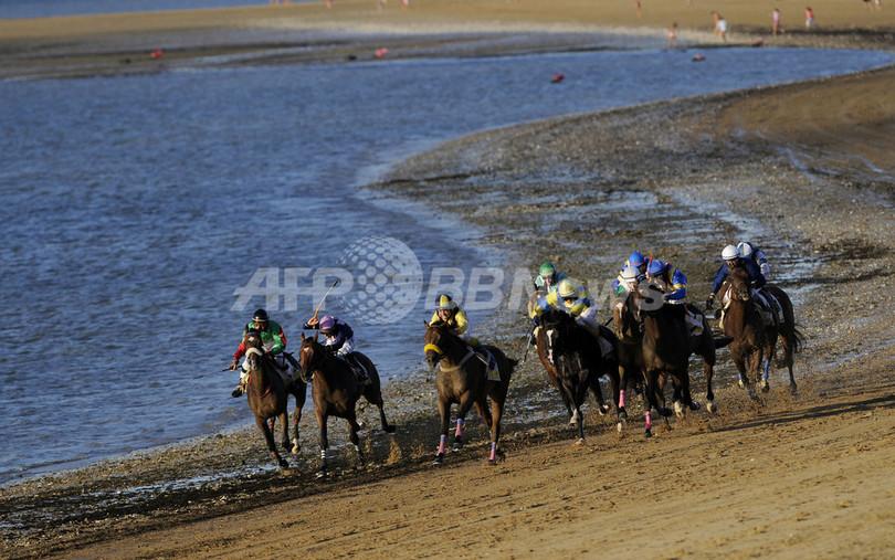 波打ち際を疾走!スペインの砂浜競馬
