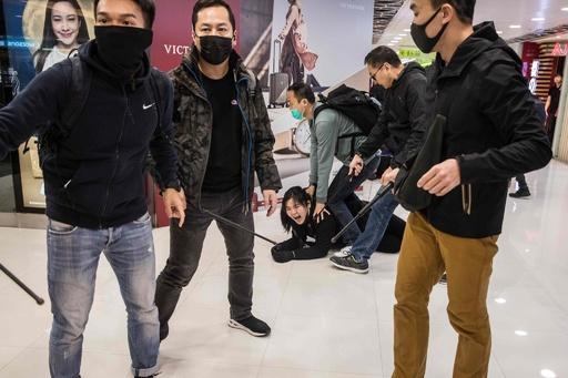 香港でデモ隊と私服警官が衝突、15人拘束 平穏な日々に終わり