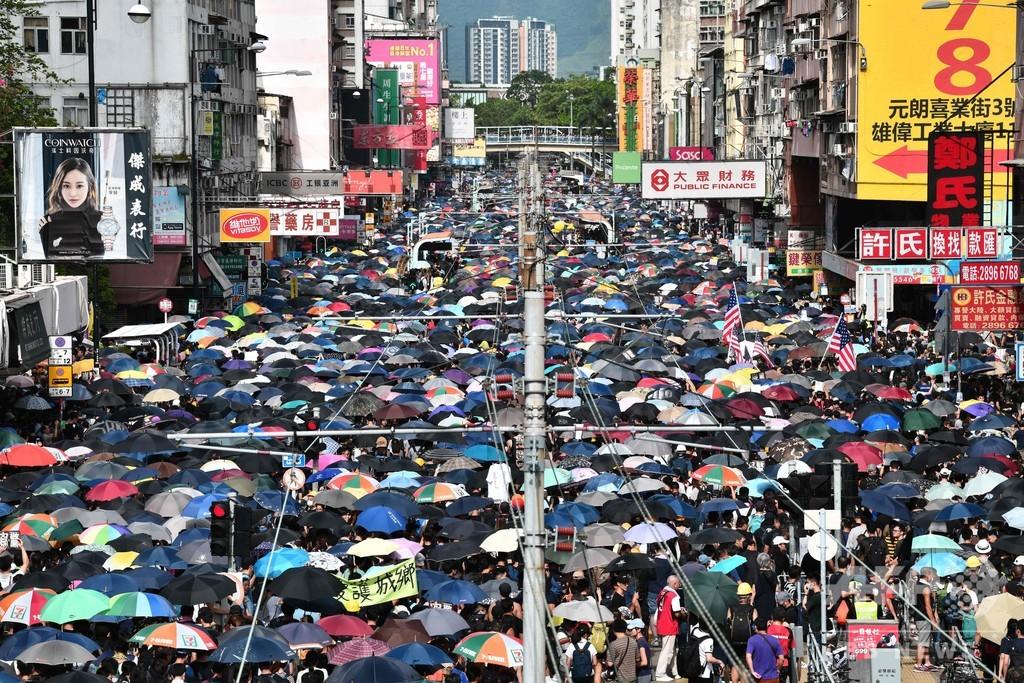 民主派が襲撃された元朗で抗議デモ、警察の禁止令に抵抗 香港