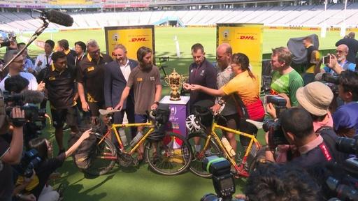 動画:英国から東京まで自転車で、開幕戦の笛が会場に到着 ラグビーW杯