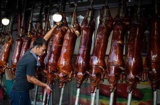 フィリピン名物の豚の丸焼き、クリスマス控えピークに