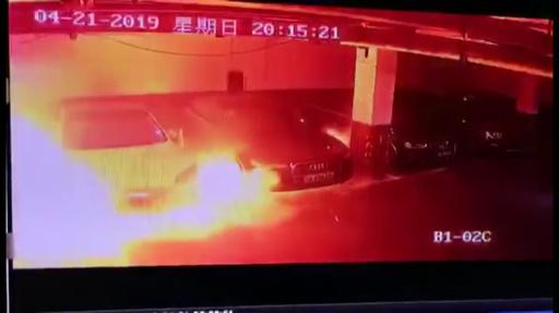 テスラが自然発火し火災に 電池システムに不具合か