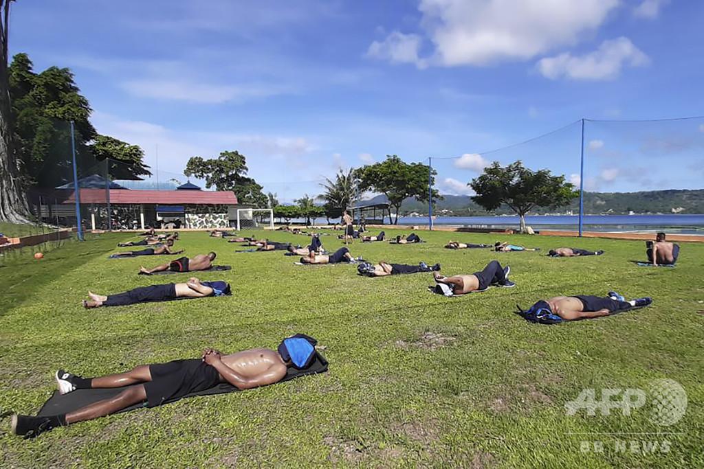 日光浴で新型コロナ撃退、インドネシアでブーム