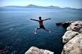 真っ青な海にジャンプ、暑さ続くアテネ近郊