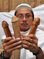 インドネシアの伝説のペニス呪術医療師、その魔術いまだ衰えず