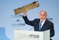 イスラエル首相、イランを痛烈非難 「無人機の残骸」掲げ
