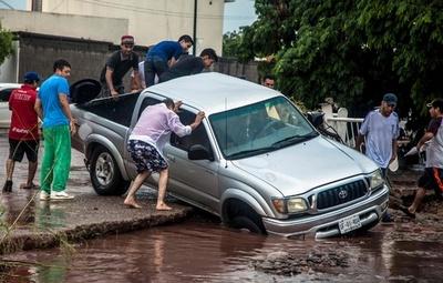 メキシコ西部で洪水、助け合う人々の姿も