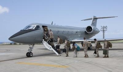 嘉手納基地からネパールに向かう米海兵隊員ら